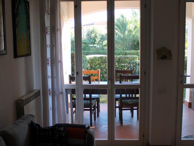 il soggiorno è spazioso e luminoso , dalla porta/finestra si accede al porticato