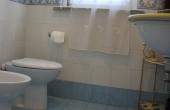 sala da bagno al primo piano  con doccia e finestra sulla terrazza