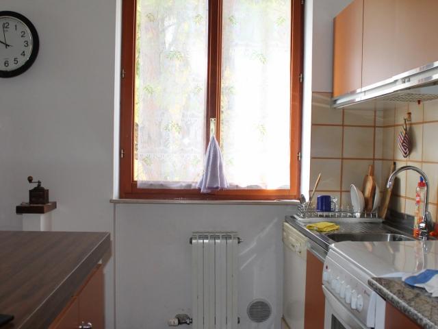 tinello cucina che si affaccia sulla sala da pranzo