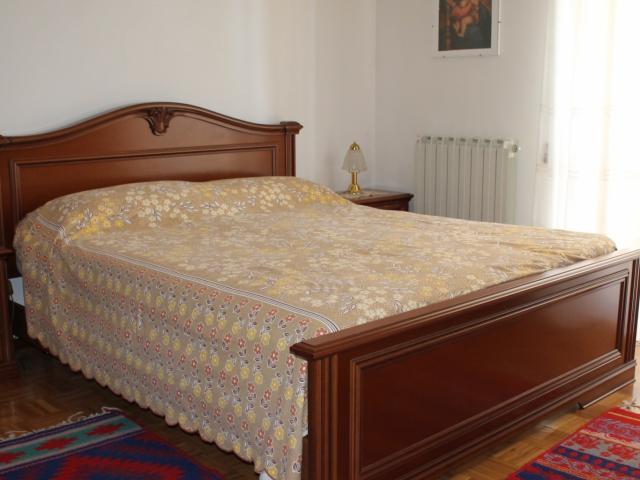 camera da letto matrimoniale con porta finestra che accede al balcone
