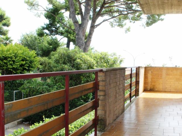 l'appartamento è dotato di ampli balconi. Si accede ai balconi dalla sala da pranzo , dalla sala e dalle camere matrimoniali. Il balcone attrezzabile con tavolo e sedie percorre la maggior parte del perimetro della casa.