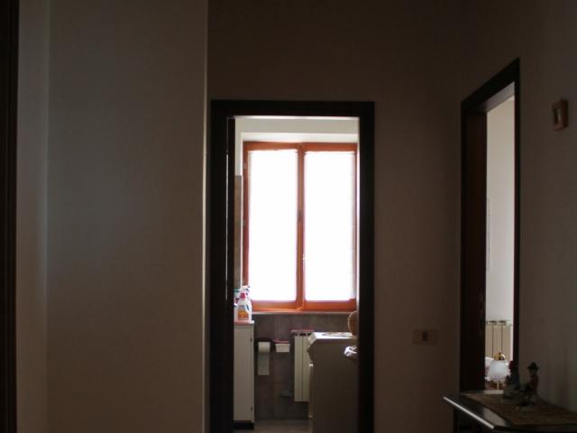 corridoio della zona notte che termina con il bagno di servizio.