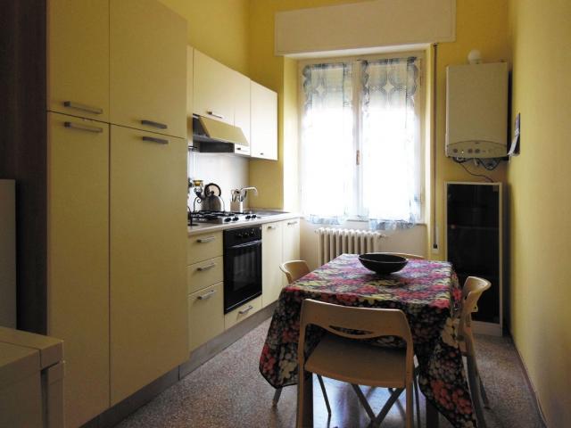 Cucina  con tavolo e sedie , completa di quanto serva per soggiorni brevi o lunghi