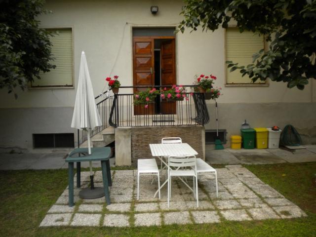 Ingresso all'appartamento dal giardino. Al giardino si accede anche tramite un cancello da via Loreto